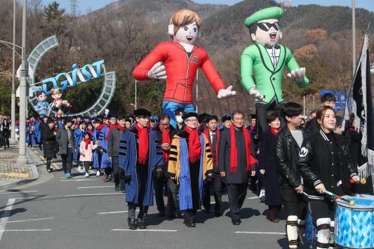 Technopolis graduation parade rises to a New Graduation Culture