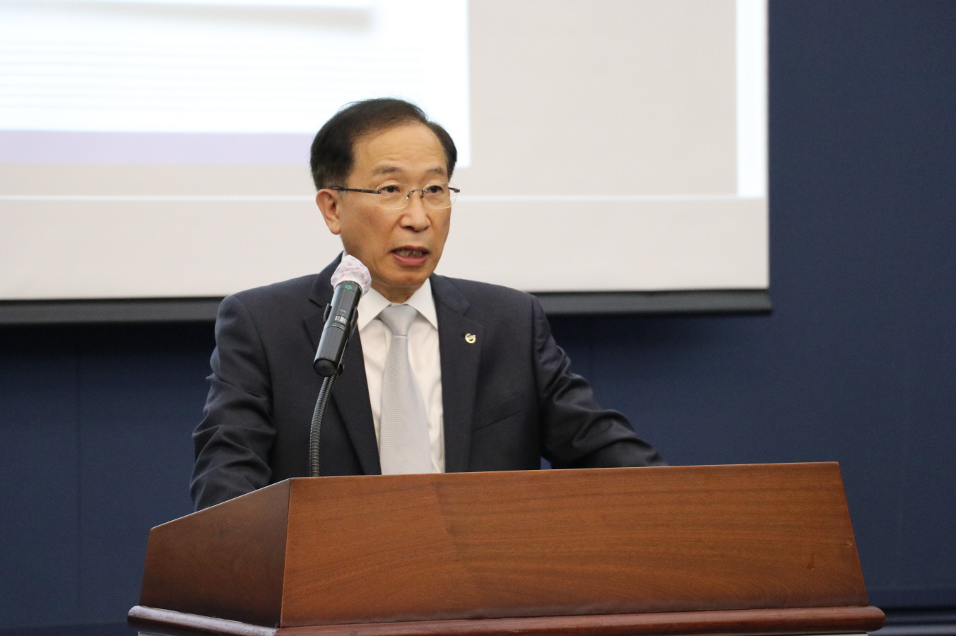 President Yang Kuk of DGIST who attended the conference held in DGIST on Friday, June 5 is giving an opening remark.