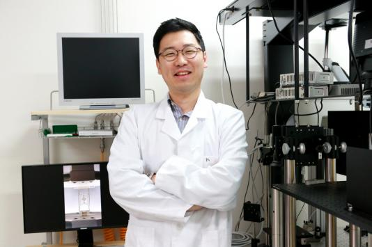 Developed a Band-Aid-like Sensor to Detect Human Body Conditions in Real-time 이미지