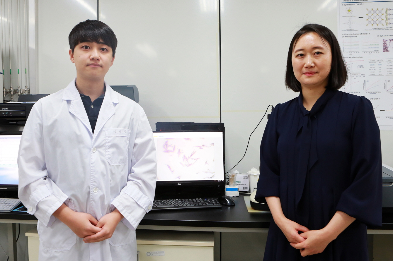 Professor Jinhee Park (right) and her student Byeongchan Lee (left) of DGIST