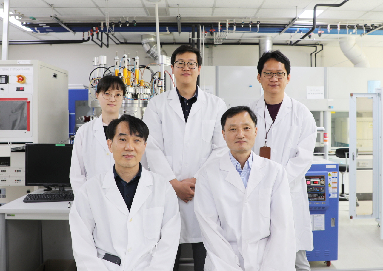 The DGIST team led by Dr Jin-Kyu Kang (front right) and Dr Dae-Hwan Kim (front left) developed a method for producing low cost eco-friendly solar panels with competitive efficiency